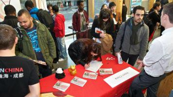 Student at Experience China Fair