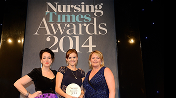 Emma  Selby collects Nursing Times Rising Stat Award