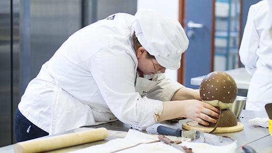 Bakery student: chocolate work